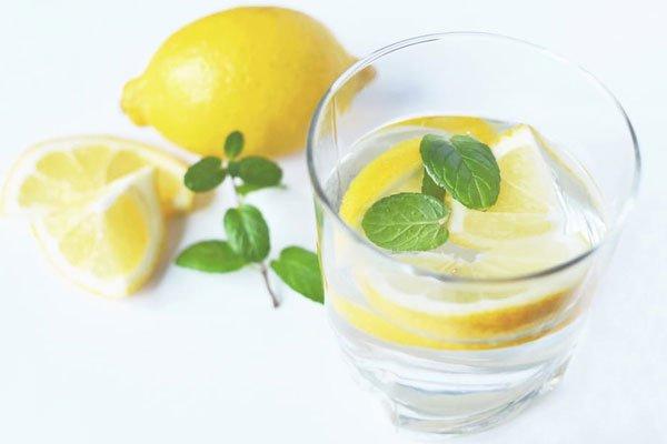 Ingredientes para saborizar el agua limón