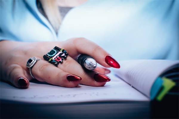 cómo cuidar las uñas acrílicas