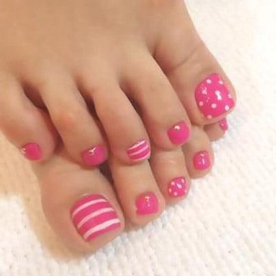 diseños de uñas de pies líneas y puntos