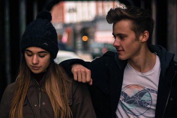 cómo saber si tu mejor amigo está enamorado mirada