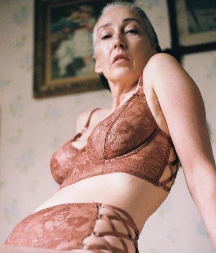 Mercy Brewer modelo posando en lencería