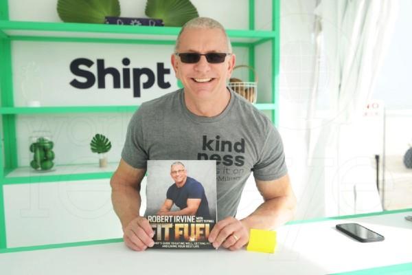 Chef Robert Irvine firmando libros